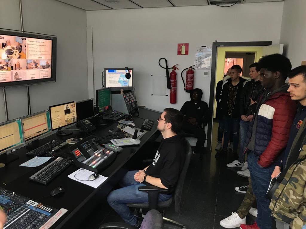 Els i les joves del CNO Maresme-Vallès visiten TV Mataró